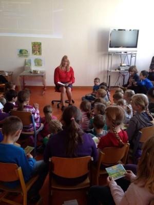Die Schüler der Grundschule in Aindling hörten gespannt zu als die Autorin Gisela Bauer aus dem Bina Bienchen Kinderbuch vorlas. Viele stellten im Anschluss an die Lesung interessiert Fragen zum Buch.